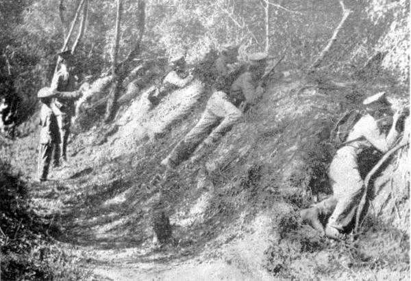 TRINCHERAS DE CURUPAYTY -  Imagen que refleja el estado las fortificaciones paraguayas tal cual se encontraban en los primeros años del siglo XX. La presencia de soldados en «maniobras militares» permite apreciar la magnitud y suficiencia de las excavaciones. Estas eran solo una parte del espectacular sistema defensivo que hizo de Curupayty un bastión inexpugnable. Sus instalaciones nunca fueron tomadas a viva fuerza, sino sencillamente- fueron abandonadas por los paraguayos. Reproducido del «Álbum Gráfico del Paraguay». Edición de Arsenio López Decoud.